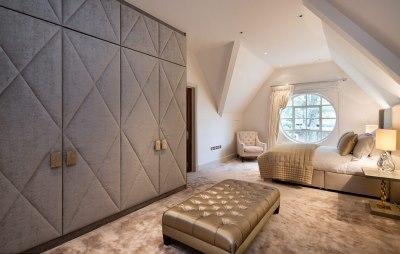 斜顶与圆形窗户让人追溯到房屋内部原始的手工艺