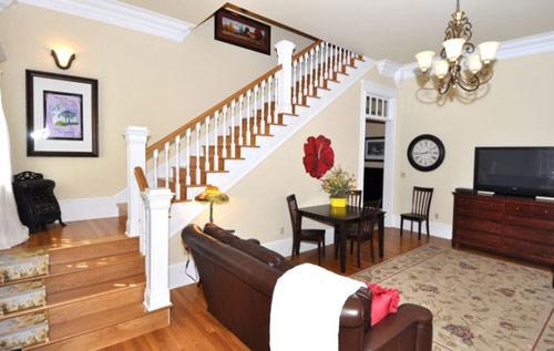 实木楼梯,吊灯造型,以及地上植物纹理的地毯