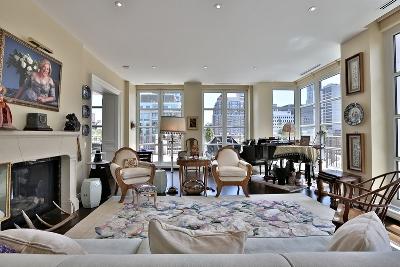 客厅装修高端大气,带有壁炉和三角钢琴
