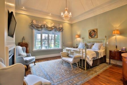 卧室沿袭华丽复古风,花纹地毯是亮点