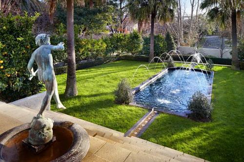 花园里的人物雕塑和喷泉充满欧式复古气质