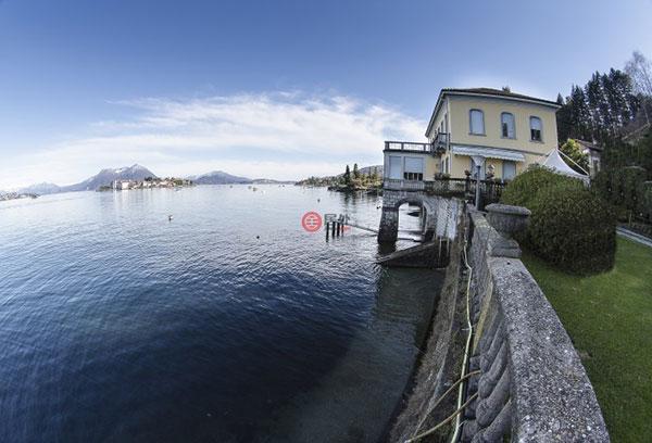 拥有这套豪宅,您将享受举世无双的生活体验,在告别喧嚣、美不胜收的环境中卸下疲惫。斯特雷萨(Stresa)是马焦雷湖畔的一个小镇,位于米兰西北90公里处,约有5000居民。这里湖光山色非常优美,历史建筑别具一格,因此旅游业发达,在小镇上可以乘坐环湖大巴。人们喜爱斯特雷萨(Stresa),原因是这里不光有连绵的阿尔卑斯雪山和宝石一般的湖泊,还有一些可爱的小岛和座落在小岛上的神奇宫殿。当然,在这里你更可以享受到各种美味的意大利佳肴。虽然是一个小镇,但它不同于一般大城市的喧嚣,更安逸宁和,更具原汁原味。 本住宅位